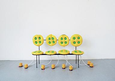 Pump it up!, 2011 Chaise gonflable, structure en métal, deux coussins gonflables médicaux en PVC, boules en bois, deux gonfleurs à pied, 46 x 46 x 82 cm