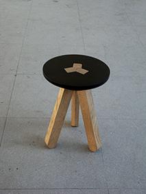 Tabouret 3.1, 2013 Piètement en chêne, assise en contre plaqué tourné. Emboîtement de l'assise avec un piètement composé de trois pièces