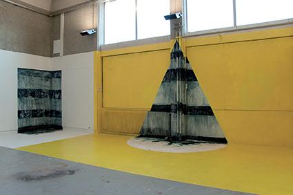 Grotte 1, 2011 Installation in situ - ciment, peinture Dimensions variables (photographie dans l'atelier: H. 3 m, L. 3m, l. 2m)