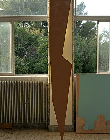 The Watcher, 2013 Chute de chantier, peinture jaune, mur, fenêtre