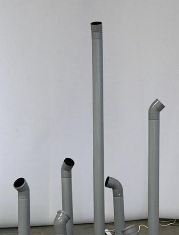 Les observateurs, 2008 tuyaux en plastique, moteurs, h : env. 190 cm, env. 1kg/pièce