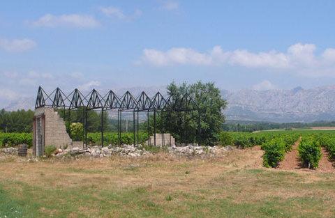 Phénix, 2009 Structure de Bois brulée montée sur un hangar en ruine Construction réalisée en résidence au Mas de Cadenet en juin 2009, production Voyons Voir