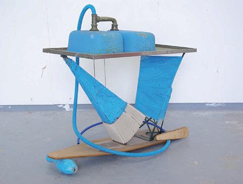 La routine / 2007 / table de repassage, filtre de respirateur, lavabo, film plastique, couleur bleue / 130 x 120 cm
