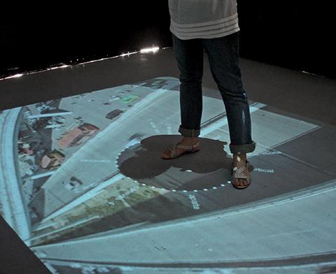 Modélisation intuitive de la ville 2.0 / 2008 / ordinateur, vidéoprojecteur, miroir de 1m2, filter vis-cut, lumière IR / vidéo projection au sol de 280 x 350 cm
