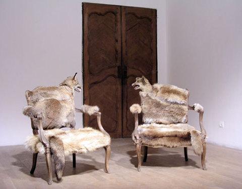 Le complot, 2005 Fauteuils de conversation Louis XV, renards naturalisés fourrures, 250 x 90 cm