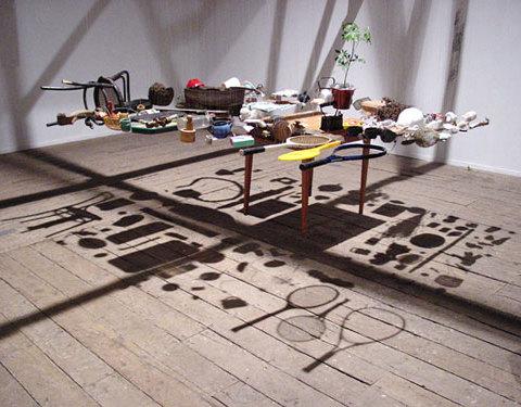 La collectione y la alfombra voladora ; Est-ce qu'une table volante peut voler ? 2003 Vues de l'exposition au MAM, Muséo de Arte Moderno, Castro, Chili Photographie Antje Poppinga