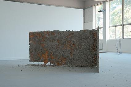Sans titre, 2012 Béton, treillis soudés, fibre de verre, sulfate de fer, environ 1,25 x 2 x 1 m