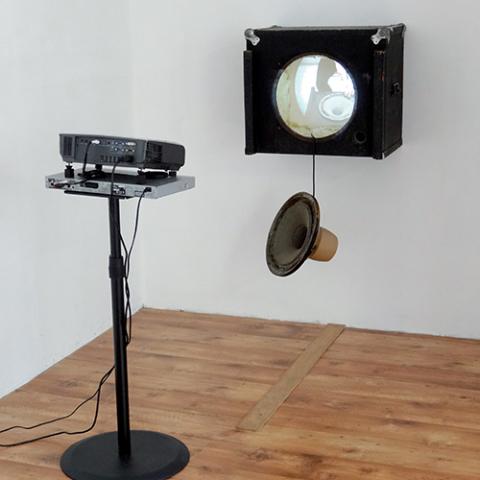 Sans titre, 2013 Constitué d'un haut-parleur et d'un caisson d'enceinte détériorés, à l'intérieur duquel est projeté une vidéo, ce travail tente de mettre en avant certains jeux d'allers-retours absurdes entre intériorité et extériorité, présence physique et représentation, son et absence de son. Ces mécanismes, ces allers-retours absurdes participent à un certain détournement, ils proposent un regard autre sur ces objets et matériaux de diffusion sonore. Ils sont des moyens, des instruments vers la mise en place d'une certaine musique à travers laquelle peut se révéler et dont peut «faire partie» la plasticité de l'objet.