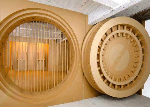 Dungeon, 2002 Carton ondulé, 300 x 900 x 700 cm Pièce créée pour l'exposition à la Galerie 3015, située dans la cave d'un immeuble du XIIè arrondissement à Paris Photographie Philip Schilling